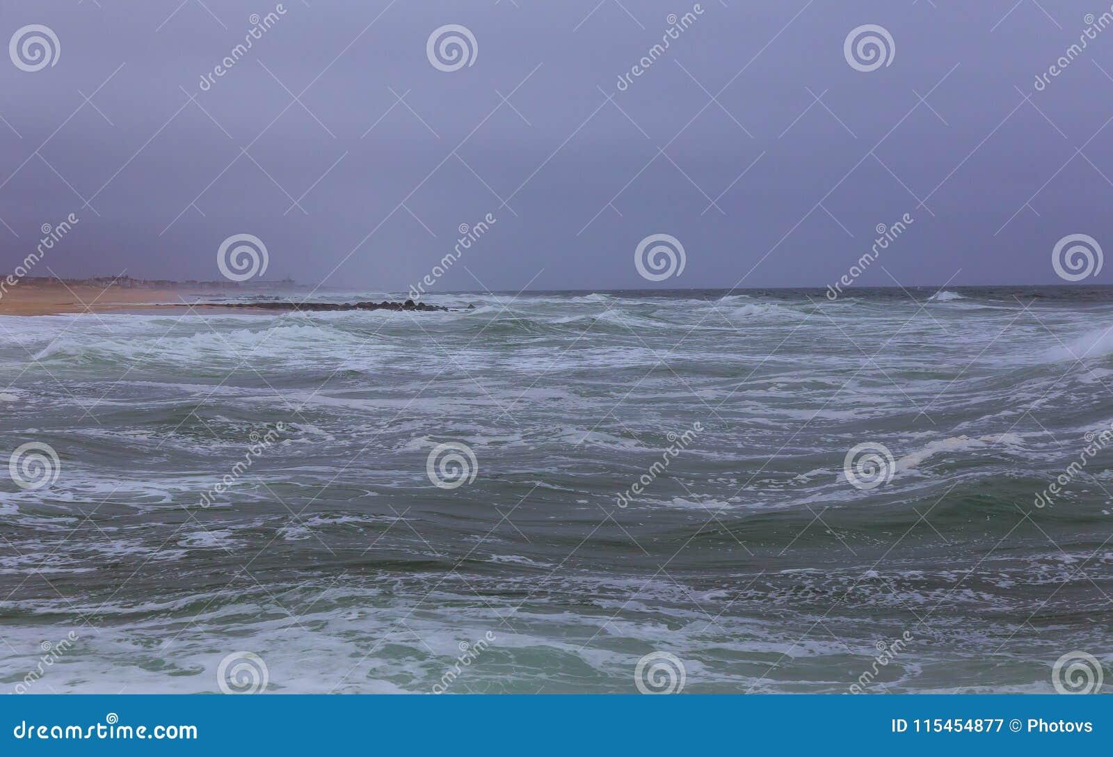 Fondo de la niebla superficial sobre las olas oceánicas