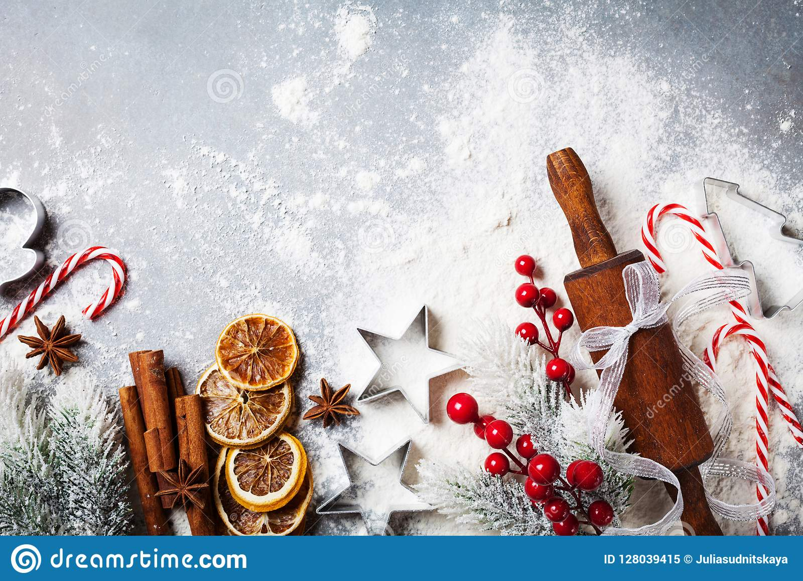 Fondo de la panadería para cocinar la hornada de la Navidad con el rodillo, la harina dispersada y las especias adornados con la