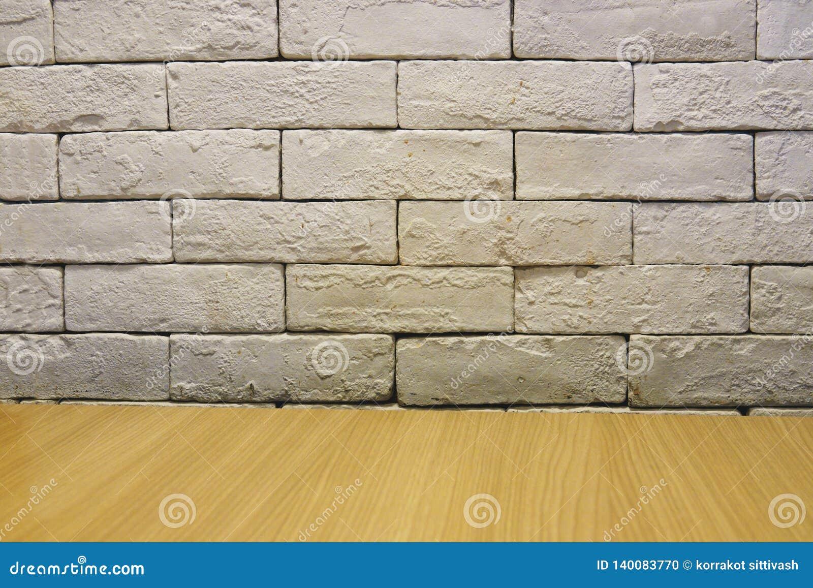Fondo de la pared vieja del ladrillo blanco vacío, piso de madera
