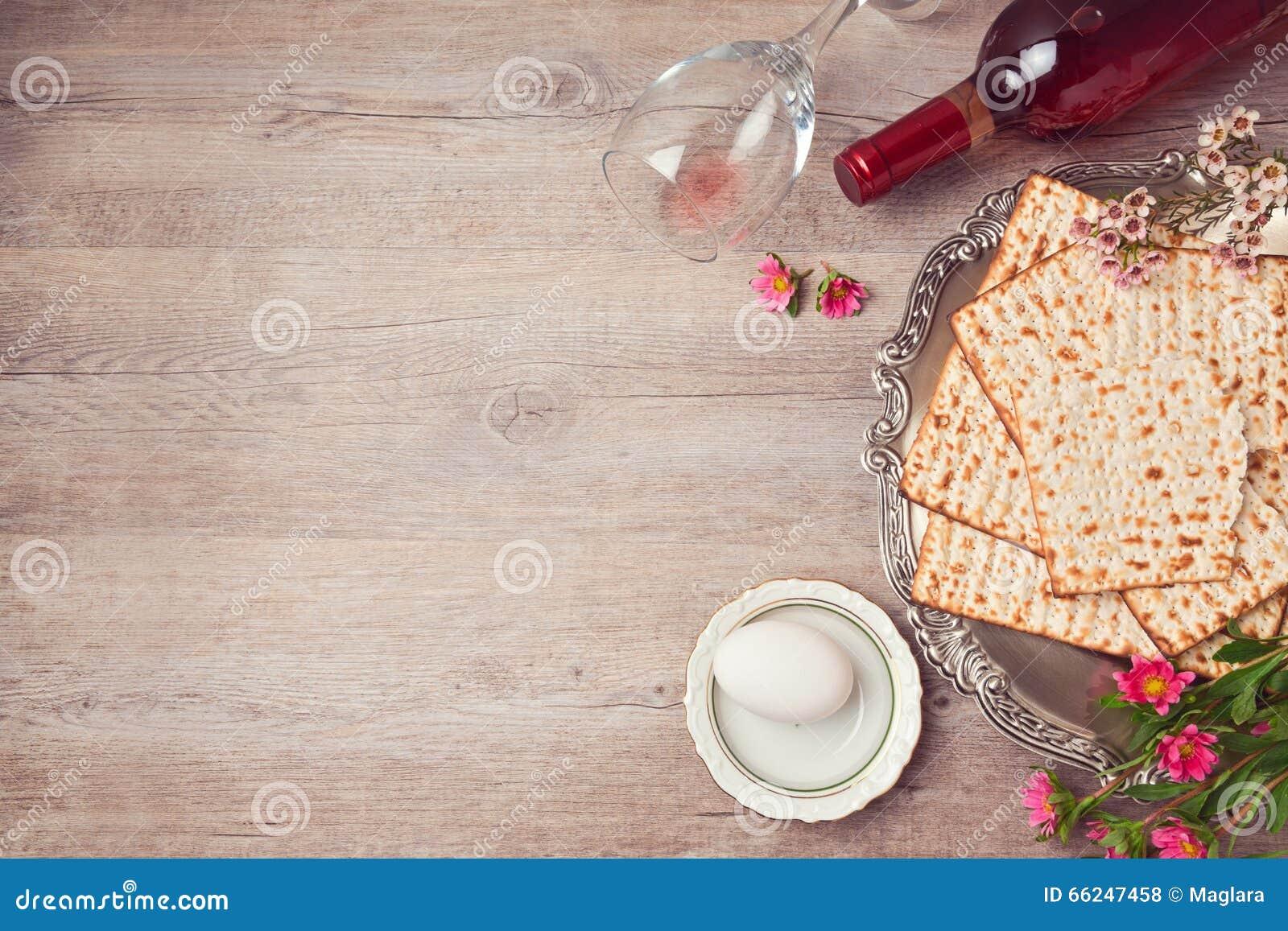 Fondo de la pascua judía con el matzah, la placa del seder y el vino Visión desde arriba