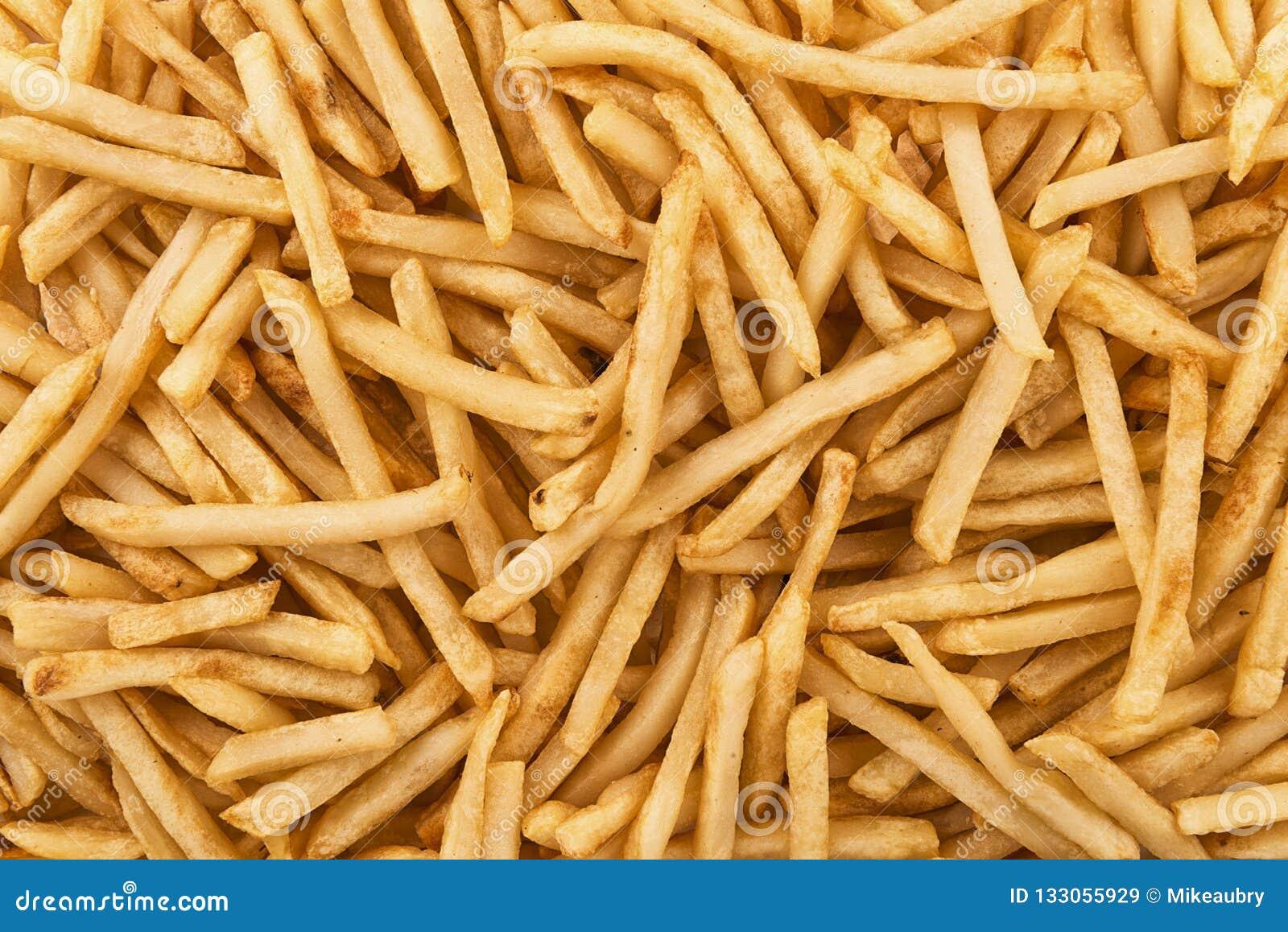 Fondo de la pila de patatas fritas curruscantes, directamente arriba