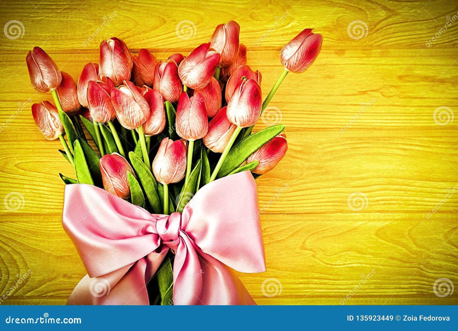 Fondo de la primavera con los tulipanes