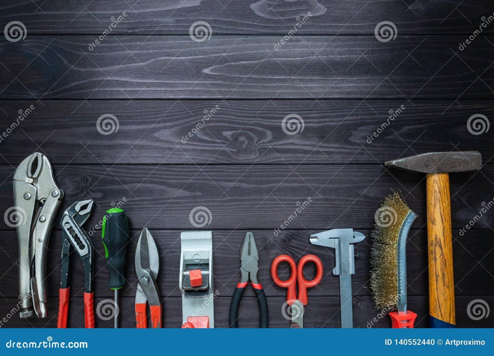 Fondo de las diversas herramientas en el banco de trabajo de madera Visión superior Copie el espacio