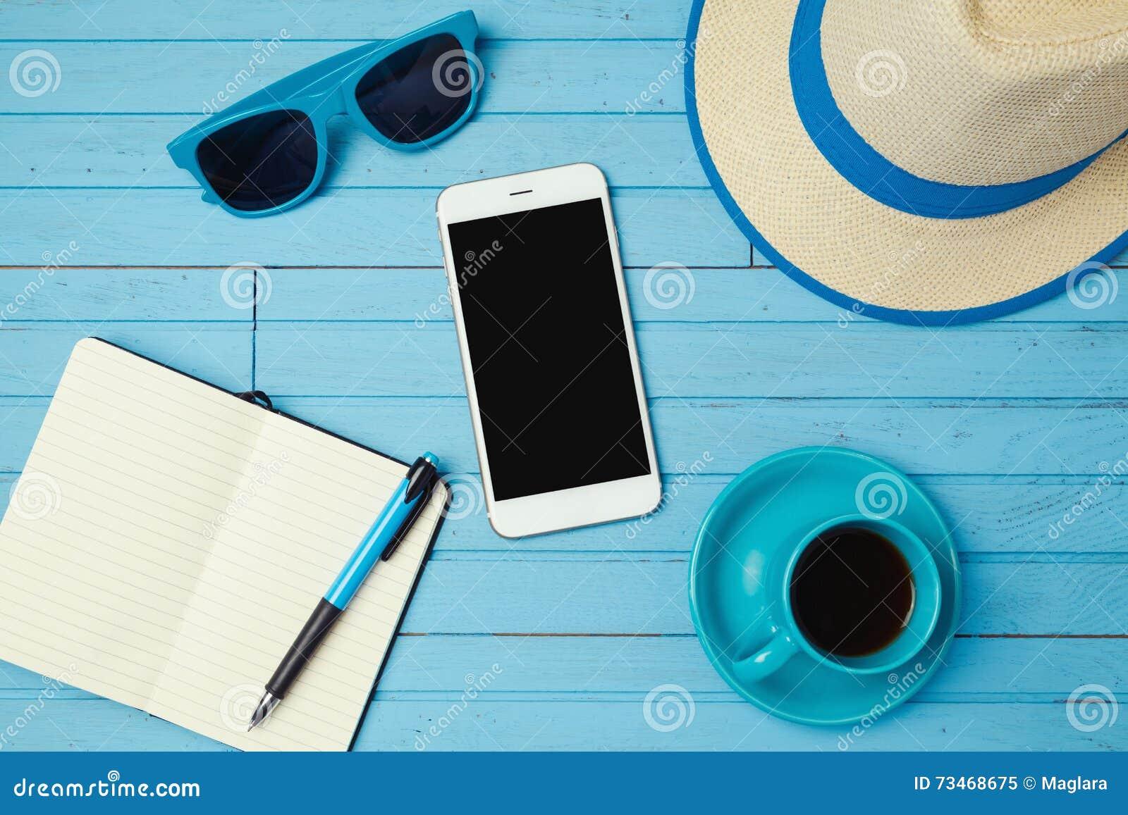 Fondo de las vacaciones de verano con smartphone y el cuaderno Concepto del planeamiento de las vacaciones