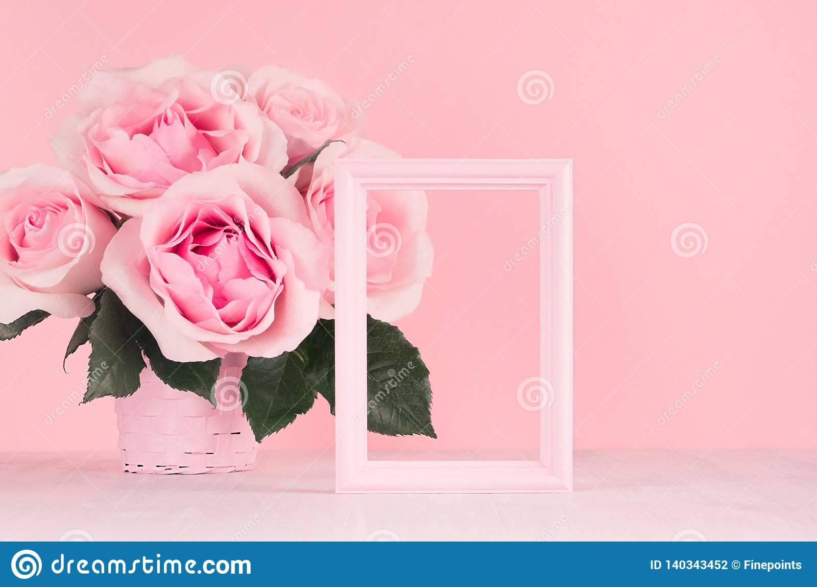 Fondo de los día de San Valentín - ramo rosado en colores pastel elegante de las rosas, marco decorativo para el texto en el tabl
