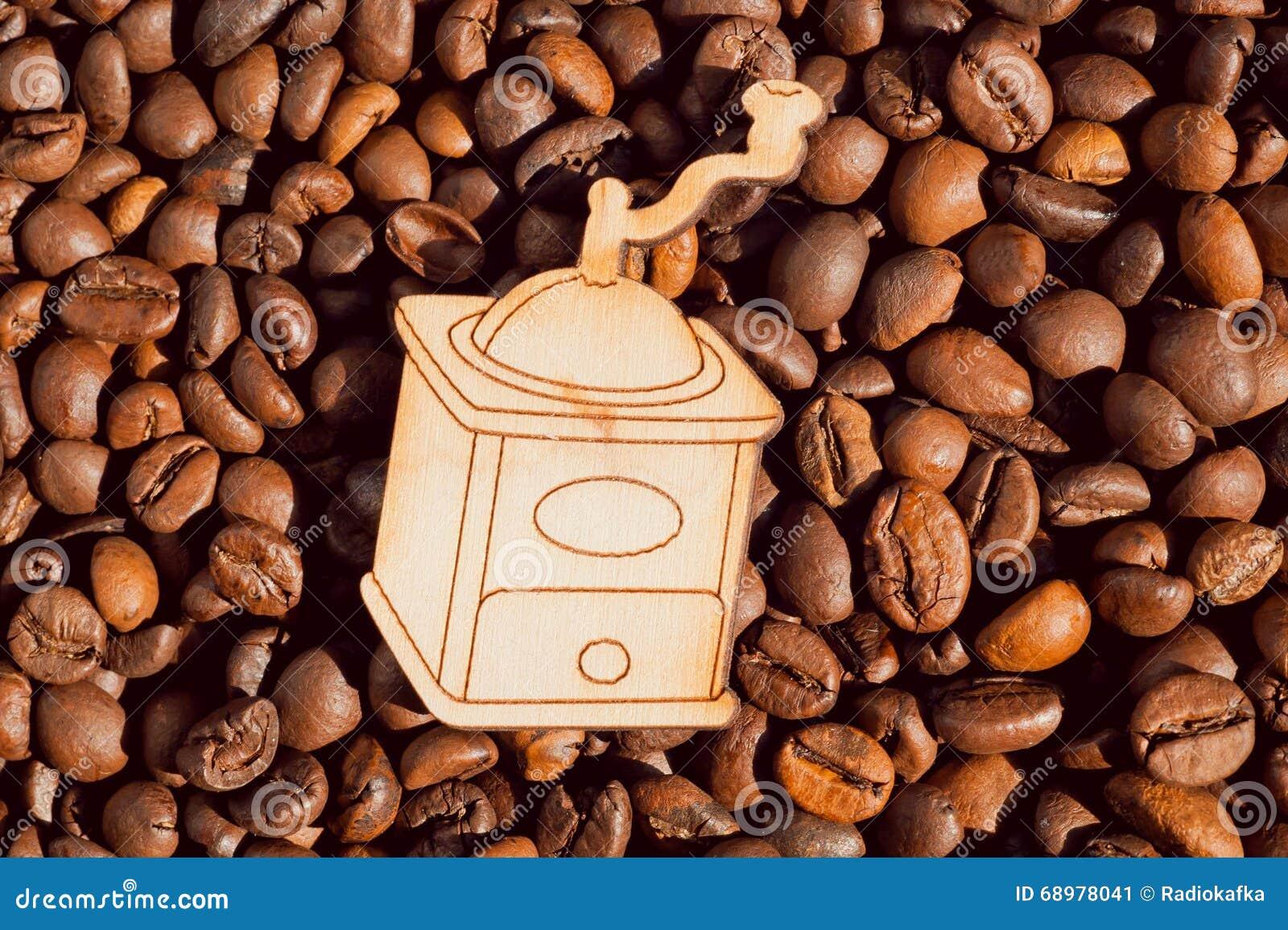Fondo de los granos de café y molino de café de madera