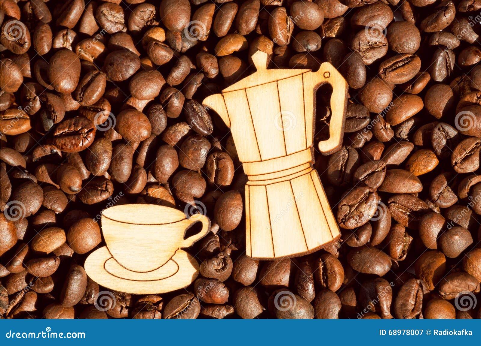 Fondo de los granos de café y pote de madera de la taza y del café