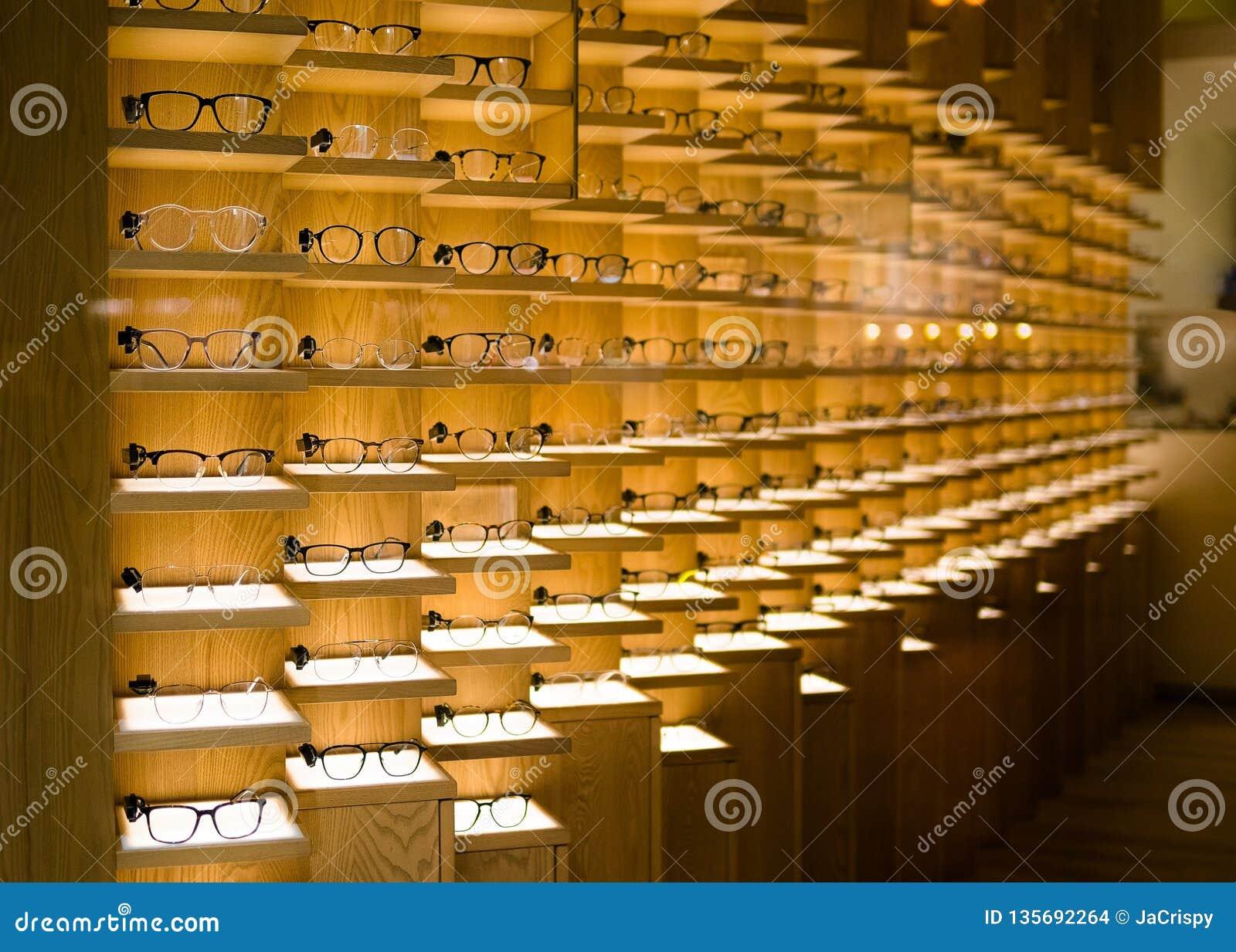 Fondo de los vidrios del diseñador Vidrios modernos del ojo en la exhibición