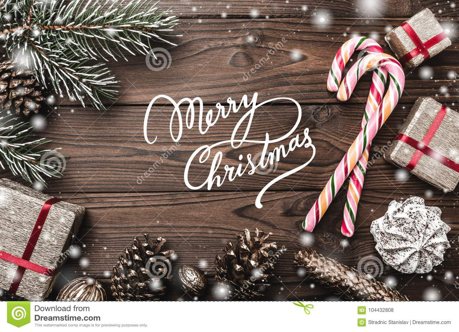 Fondo de madera Árbol de abeto, cono decorativo Espacio de mensaje por la Navidad y el Año Nuevo Dulces y regalos por días de fie