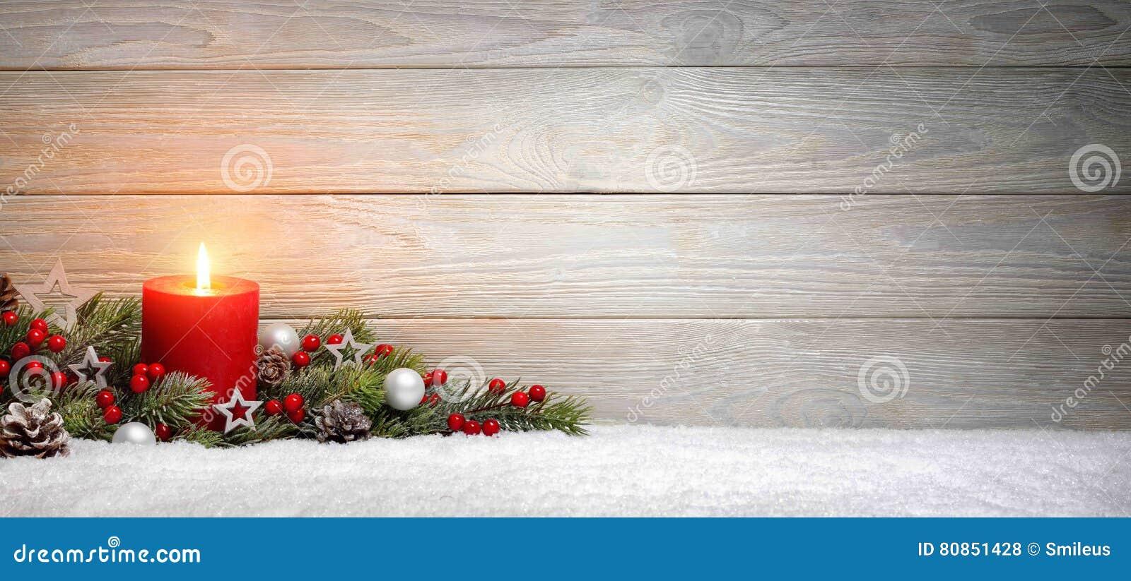 Fondo de madera de la Navidad o del advenimiento con una vela