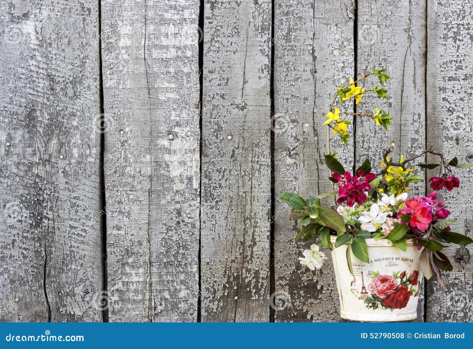 Fondo de madera del vintage con elegancia lamentable de las flores