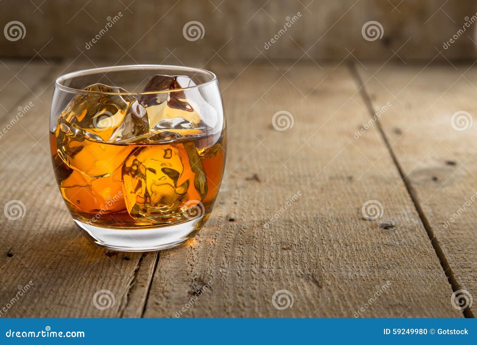 Fondo de madera rústico artístico con clase del barril de la bella arte de cristal del whisky del whisky escocés de Borbón