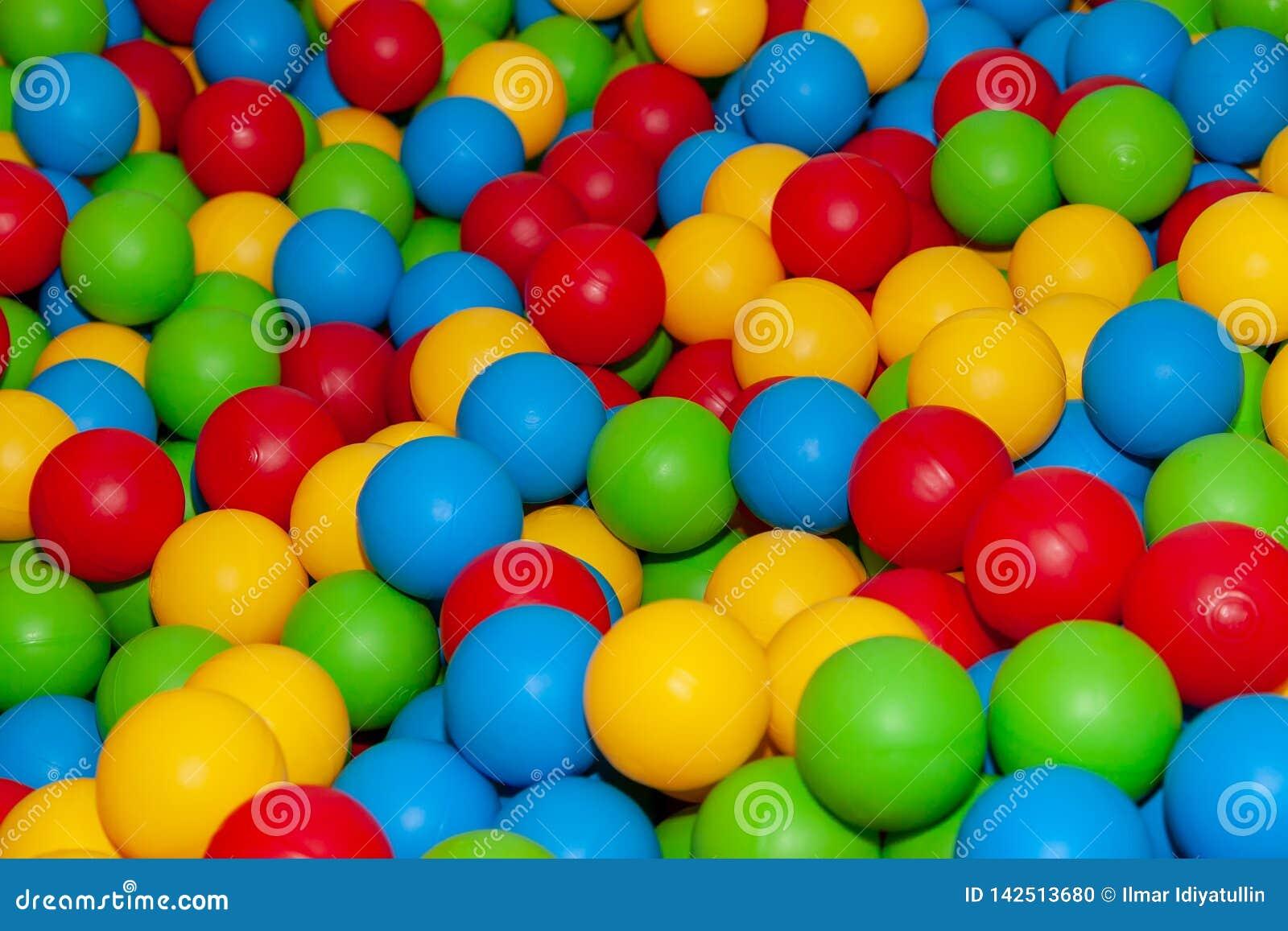 Fondo de muchas bolas plásticas coloreadas