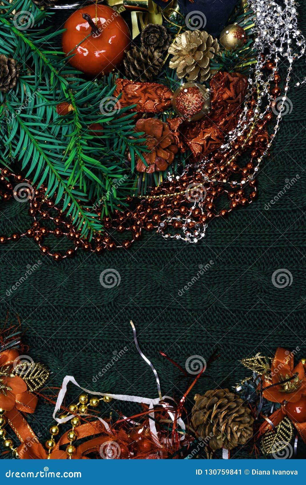 Fondo de Navidad con la decoración roja, rama verde