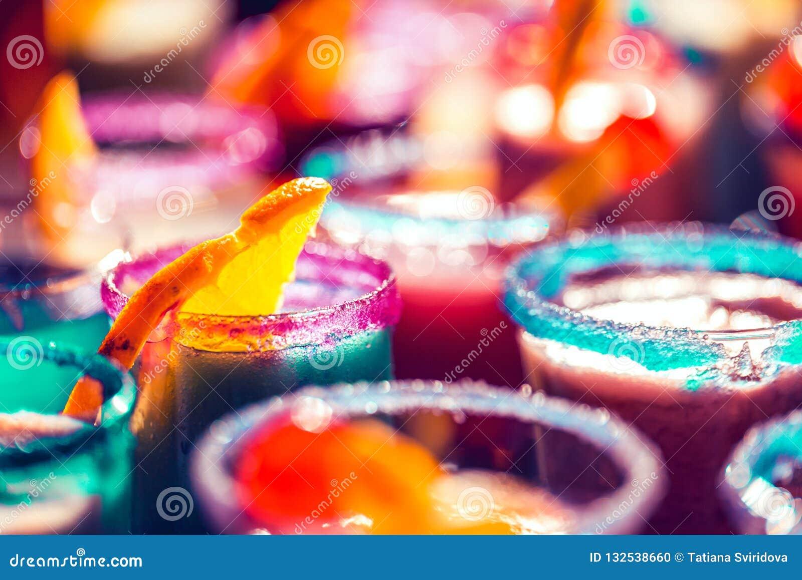 Fondo de neón brillante borroso de los vidrios de cóctel