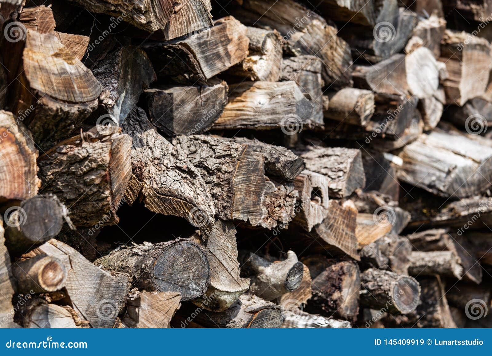 Fondo de registros de madera apilados de la vieja pu?alada marr?n