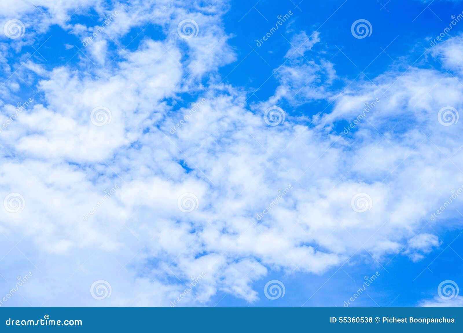 Fondo del cielo blu con le nuvole bianche