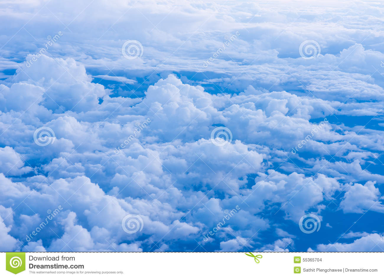Fondo del cielo con le nuvole minuscole