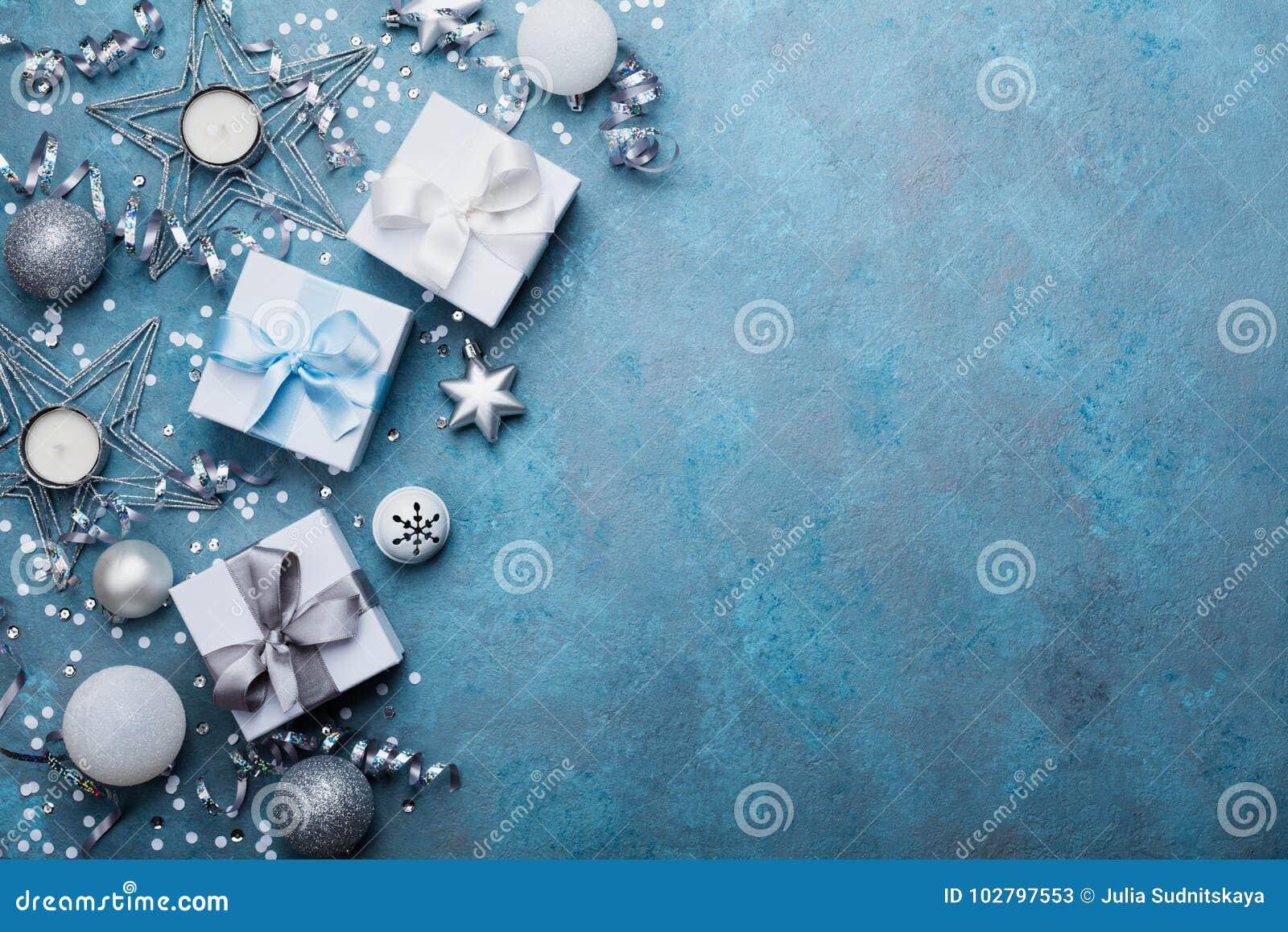 Fondo del día de fiesta con la opinión superior de las cajas de la decoración y de regalo de la Navidad Tarjeta de felicitación f