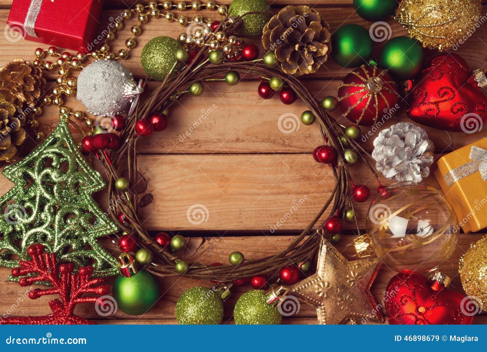Fondo del día de fiesta de la Navidad con la guirnalda y las decoraciones de la Navidad