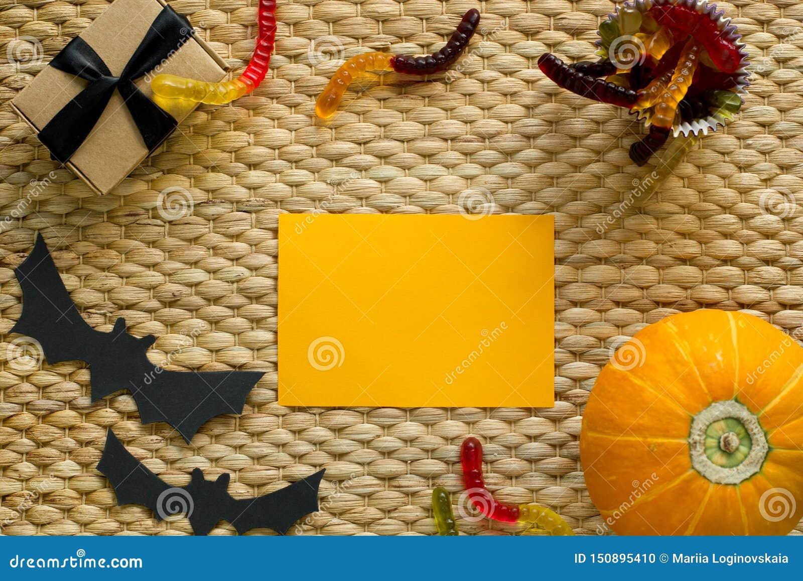 Fondo del día de fiesta de Halloween con la calabaza, caramelo del gusano, fantasma, palo Visi?n desde arriba