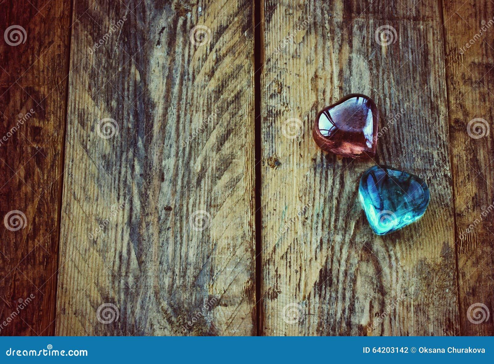 Fondo del día de tarjeta del día de San Valentín, dos corazones de cristal