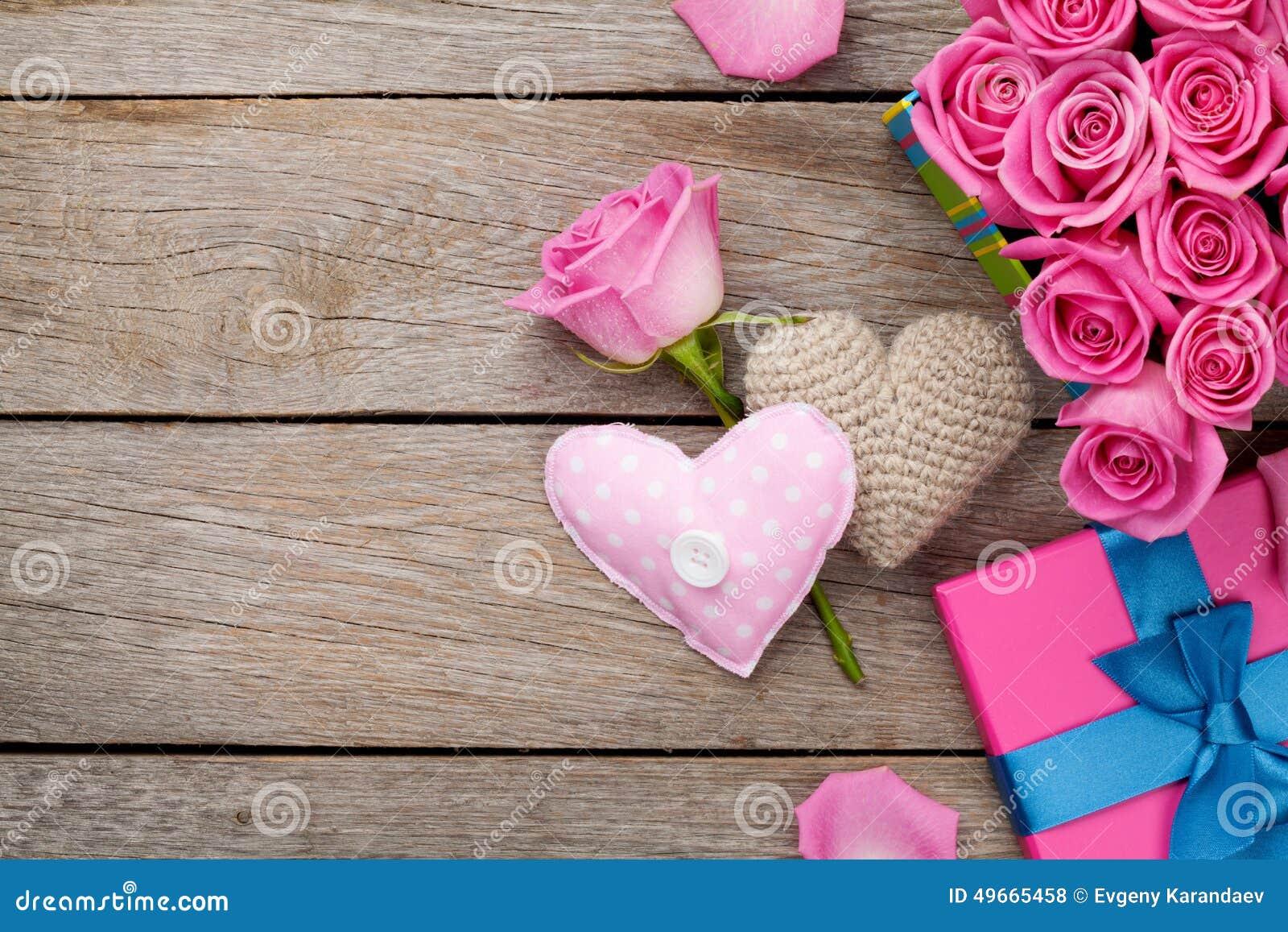 Fondo del día de tarjetas del día de San Valentín con la caja de regalo por completo de rosas rosadas y de h