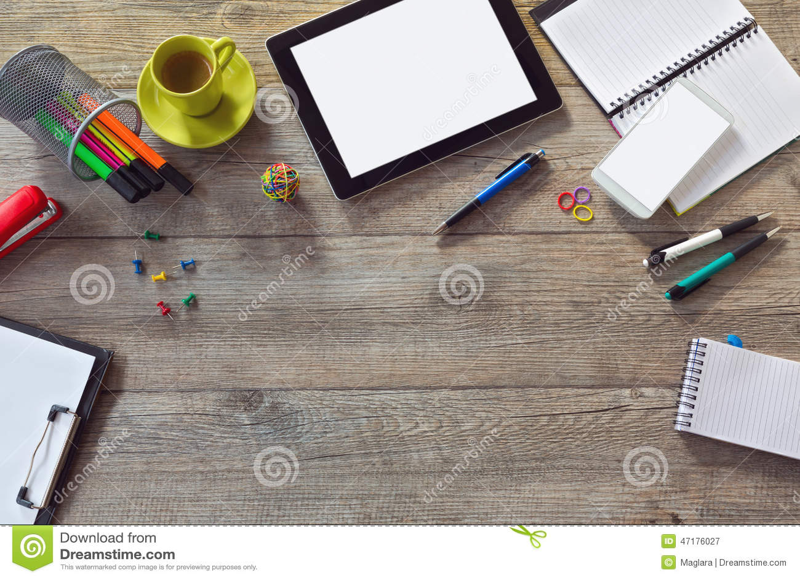 Fondo del escritorio de oficina con la tableta el for Centro de trabajo oficina