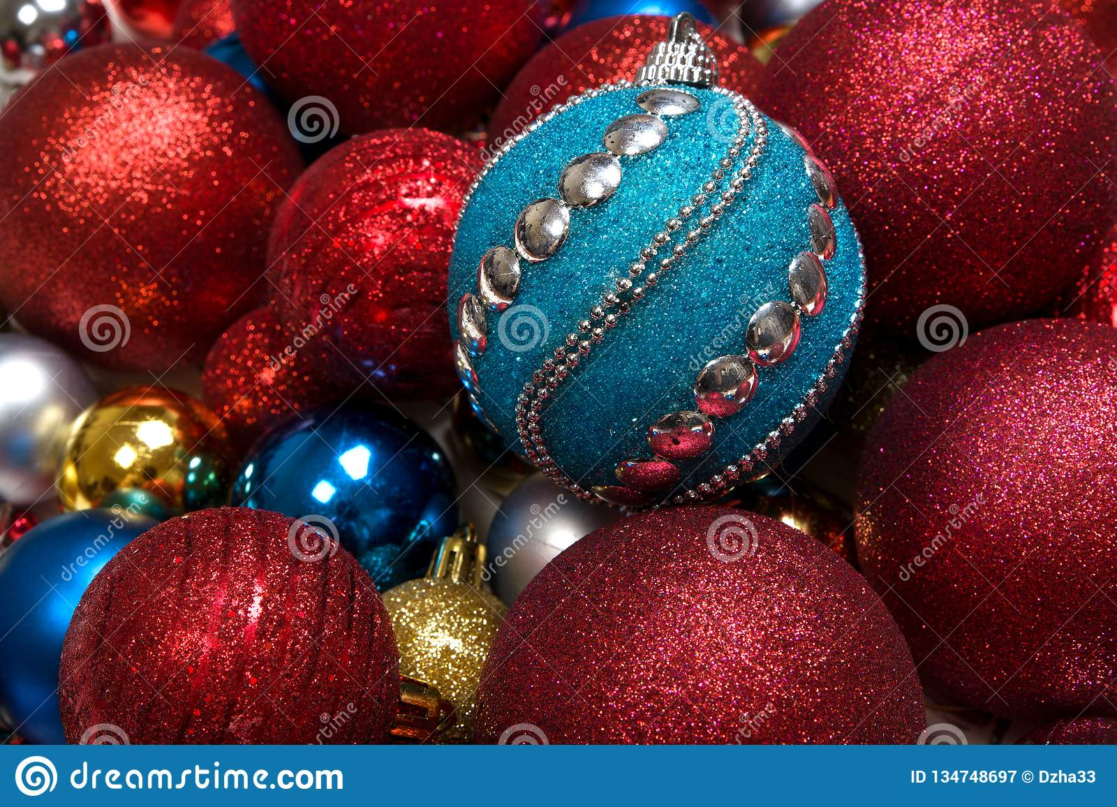 Fondo del invierno de la Navidad con la bola del juguete del Año Nuevo o el primer de las chucherías