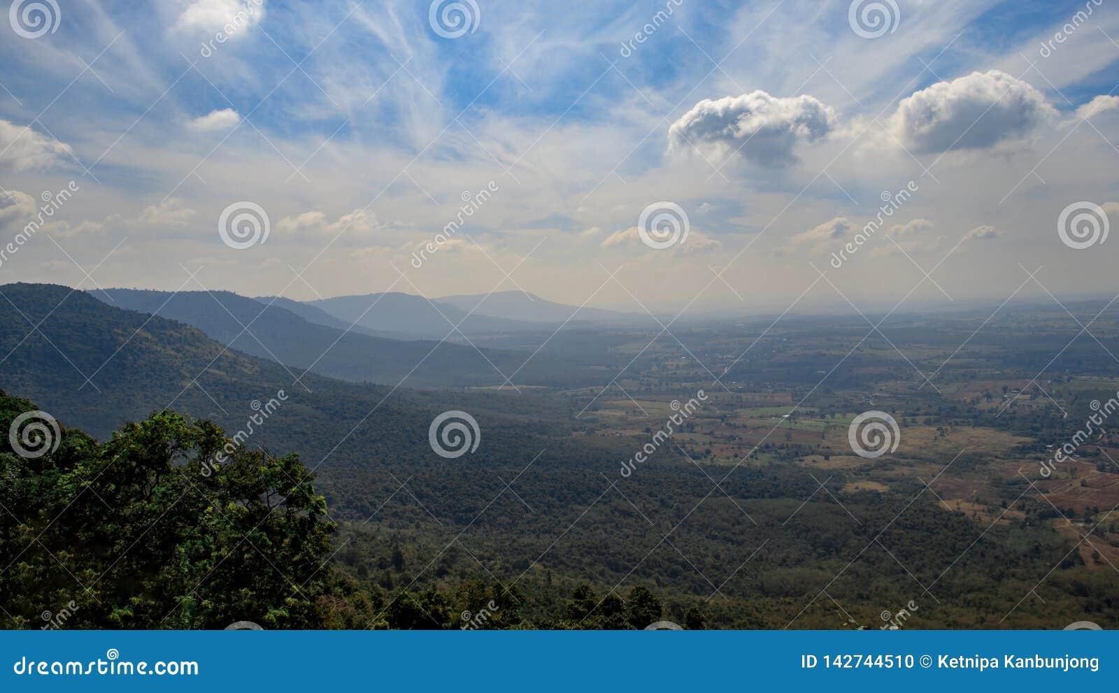 Fondo del paesaggio, montagna con cielo blu e nuvola