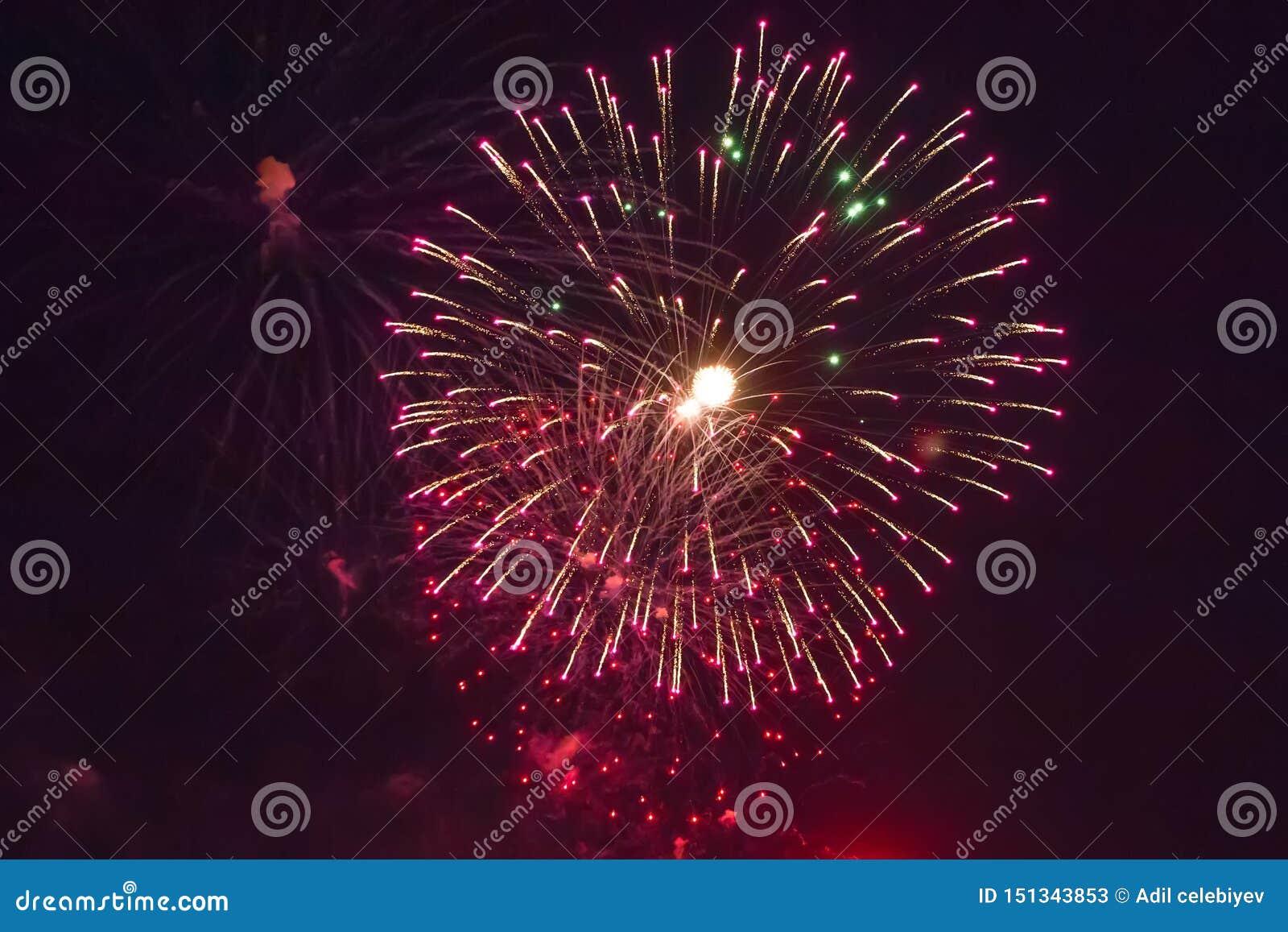 Fondo del saluto colorato multi e del primo piano dei fuochi d artificio su un fondo nero