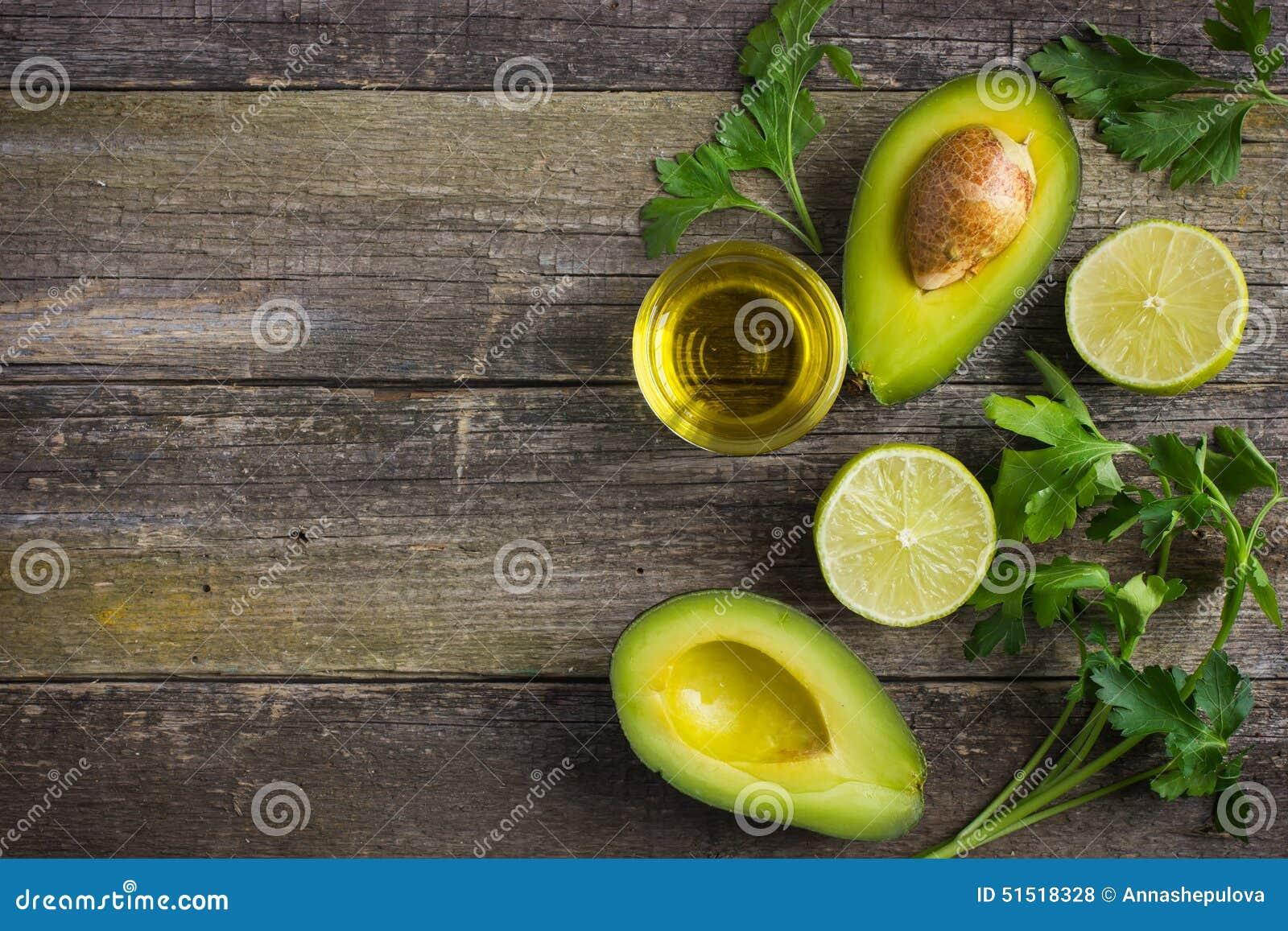 Fondo dell alimento con l avocado, la calce, il prezzemolo e il ol organici freschi