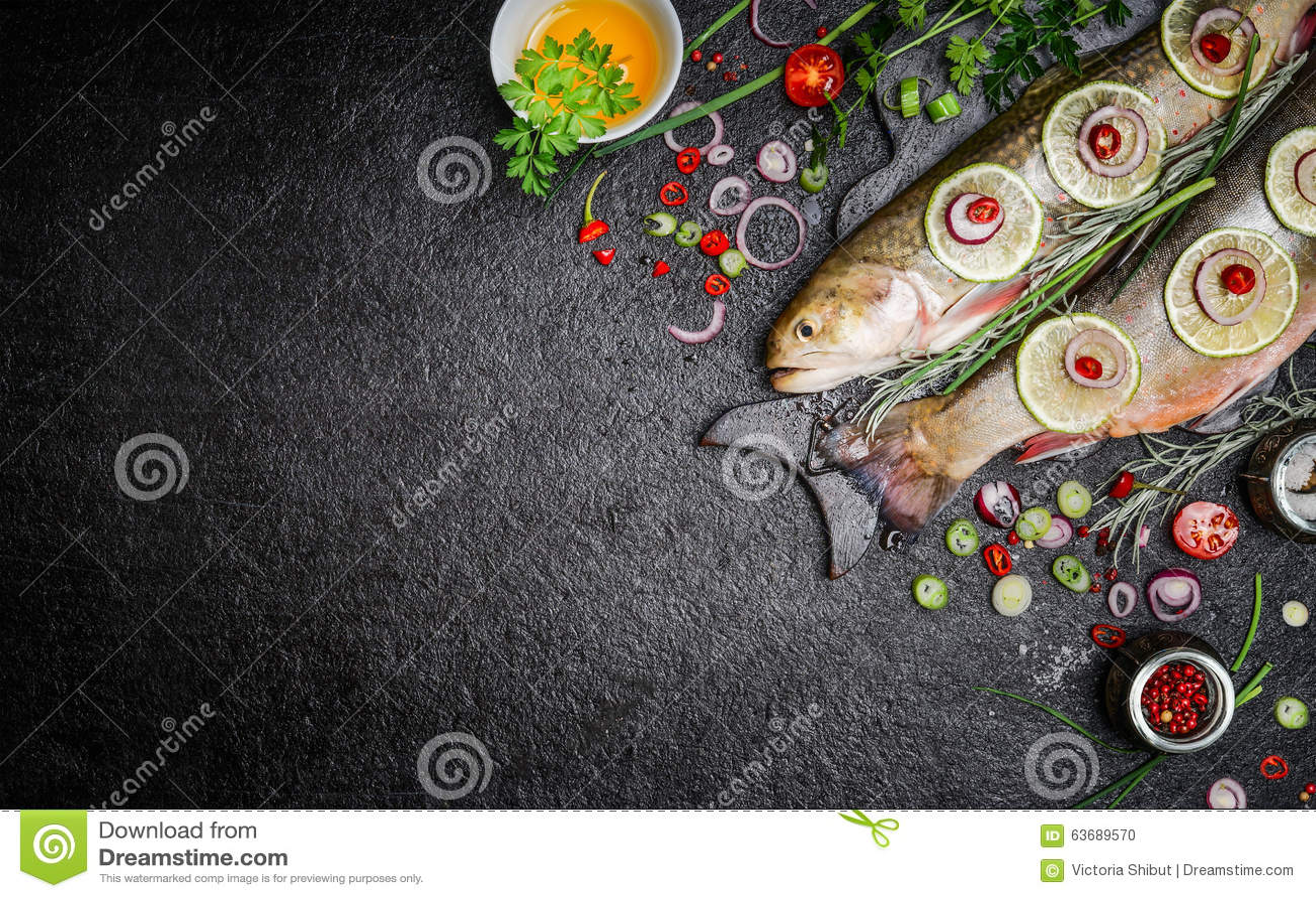 Fondo dell alimento per i piatti di pesce che cucinano con i vari ingredienti Carbone crudo con petrolio, le erbe e le spezie sul