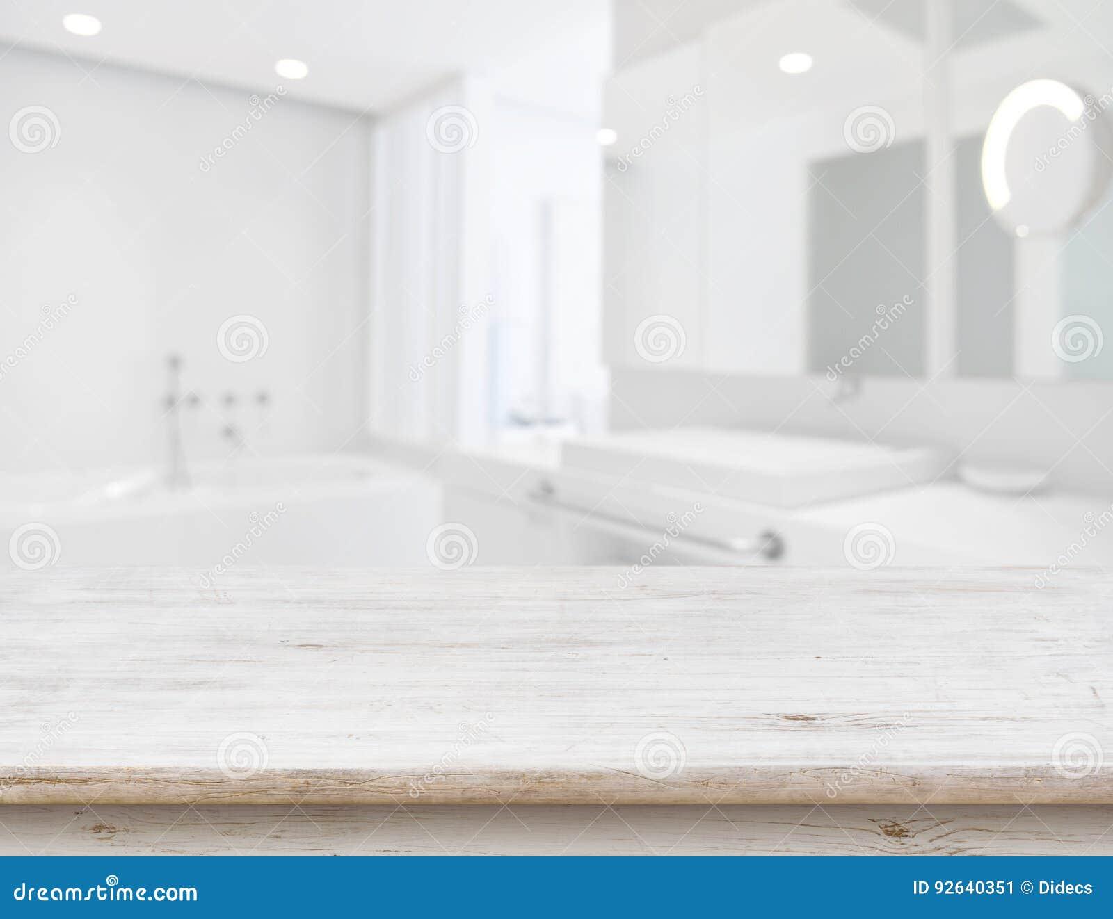 Fondo dell interno vago del bagno con la tavola di legno nella parte anteriore