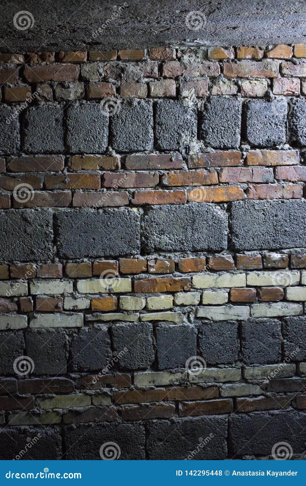 Fondo della parete del vecchio di lerciume mattone di rosso e del whyte e del blocco in calcestruzzo