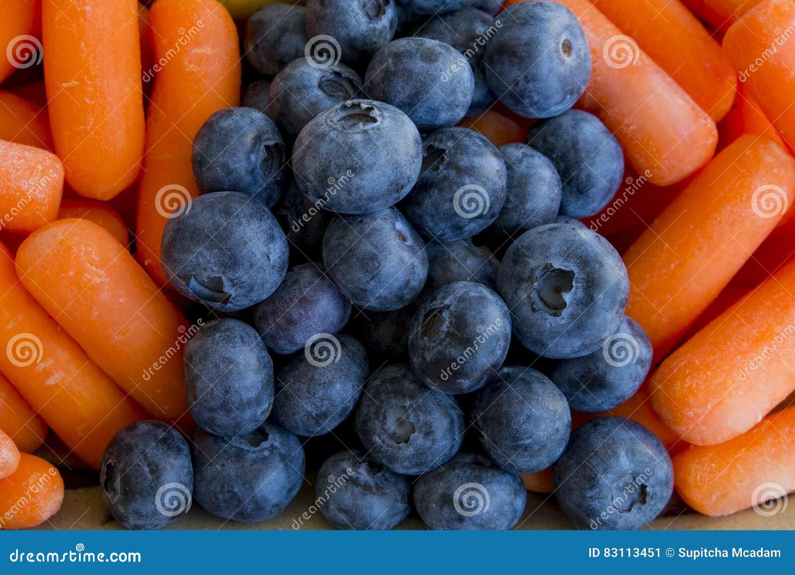 Fondo delle carote di bambino e dei mirtilli