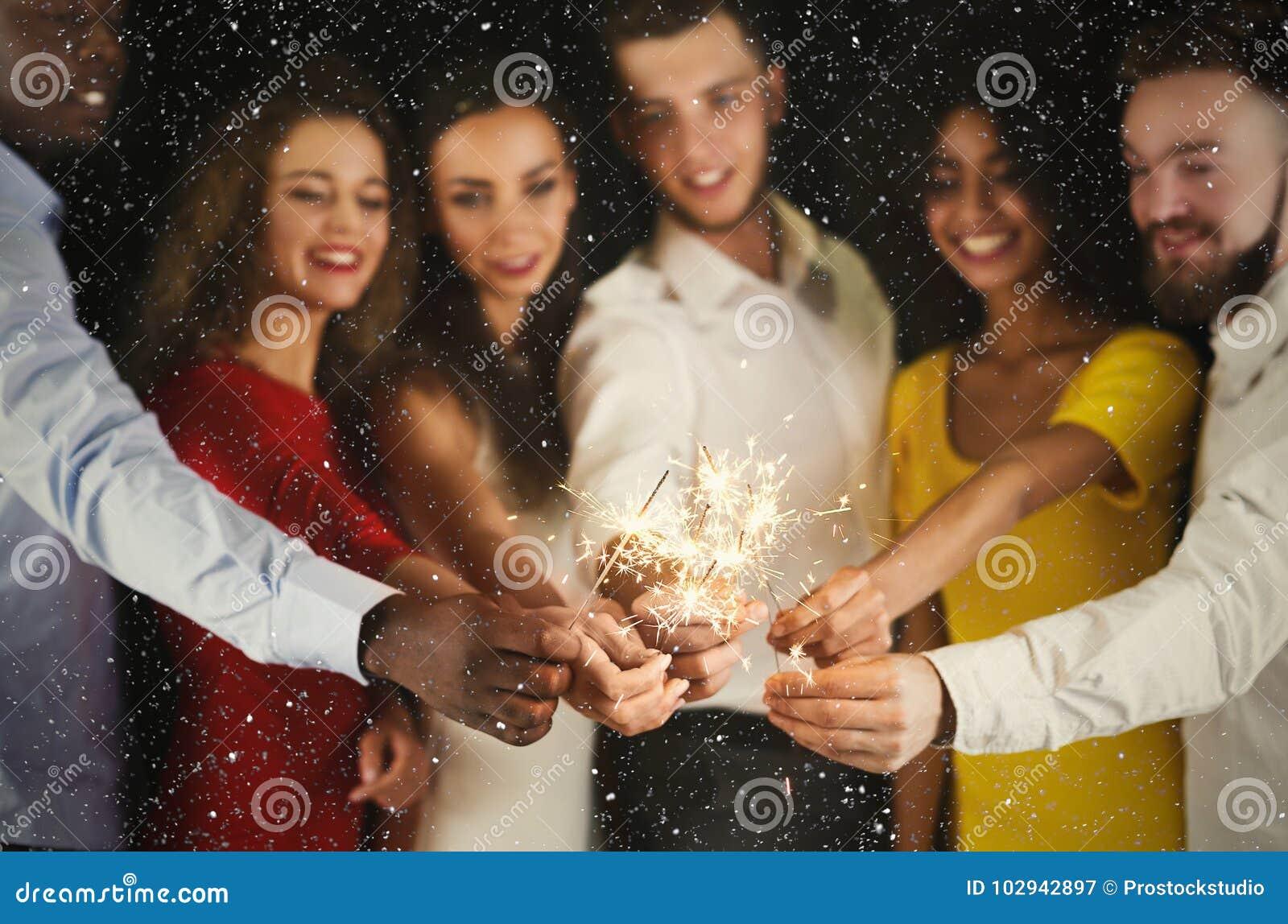 Fondo delle stelle filante Giovani al partito di celebrazione