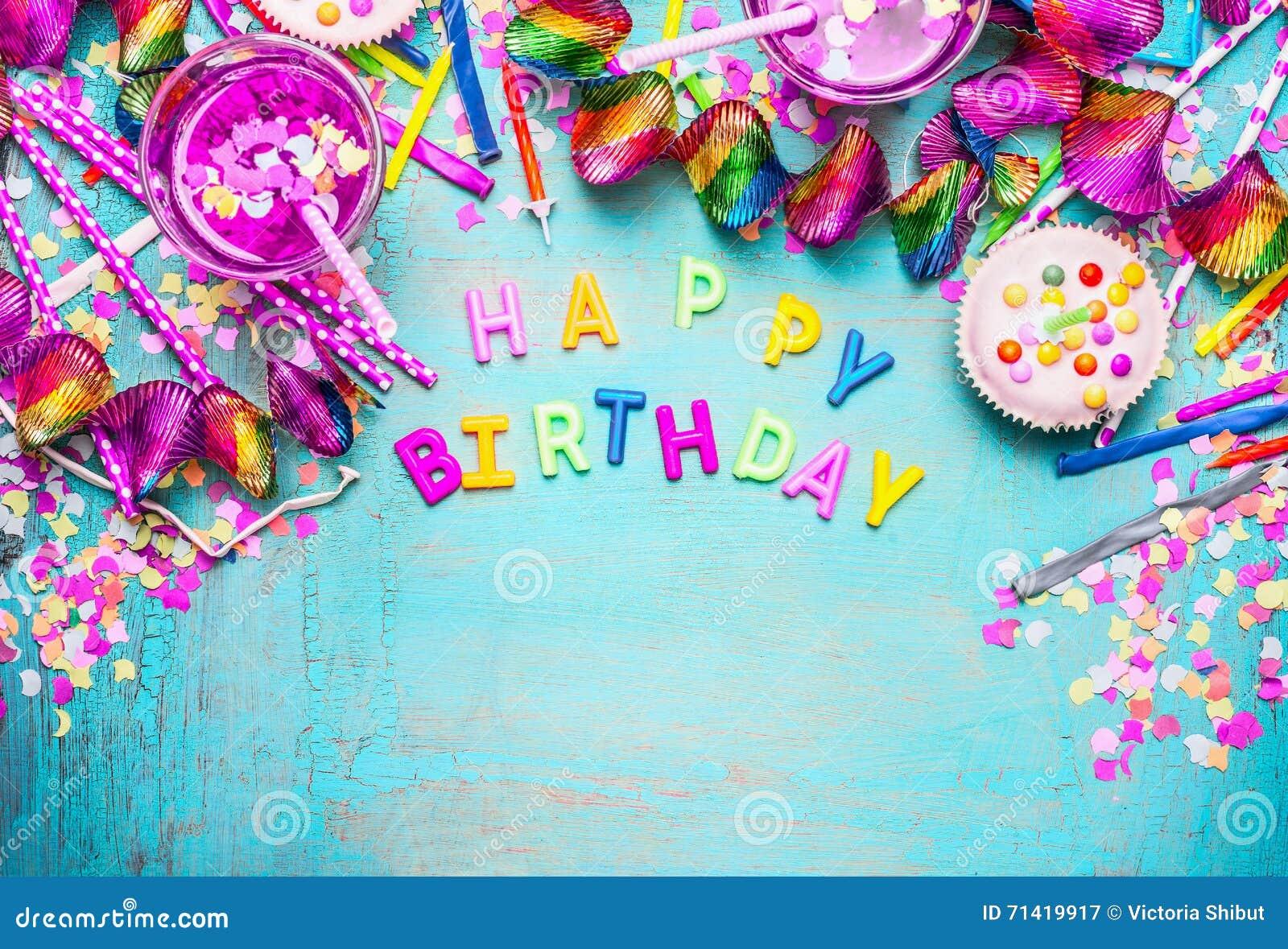 Fondo di buon compleanno con le lettere, il dolce, le bevande e la decorazione festiva rosa sul fondo di legno elegante misero de