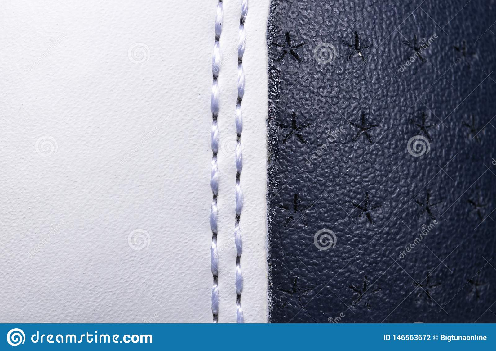 Fondo di cuoio perforato blu e bianco di struttura Cuoio bianco e blu con la fine di cucitura su Macro colpo di cuoio brillante