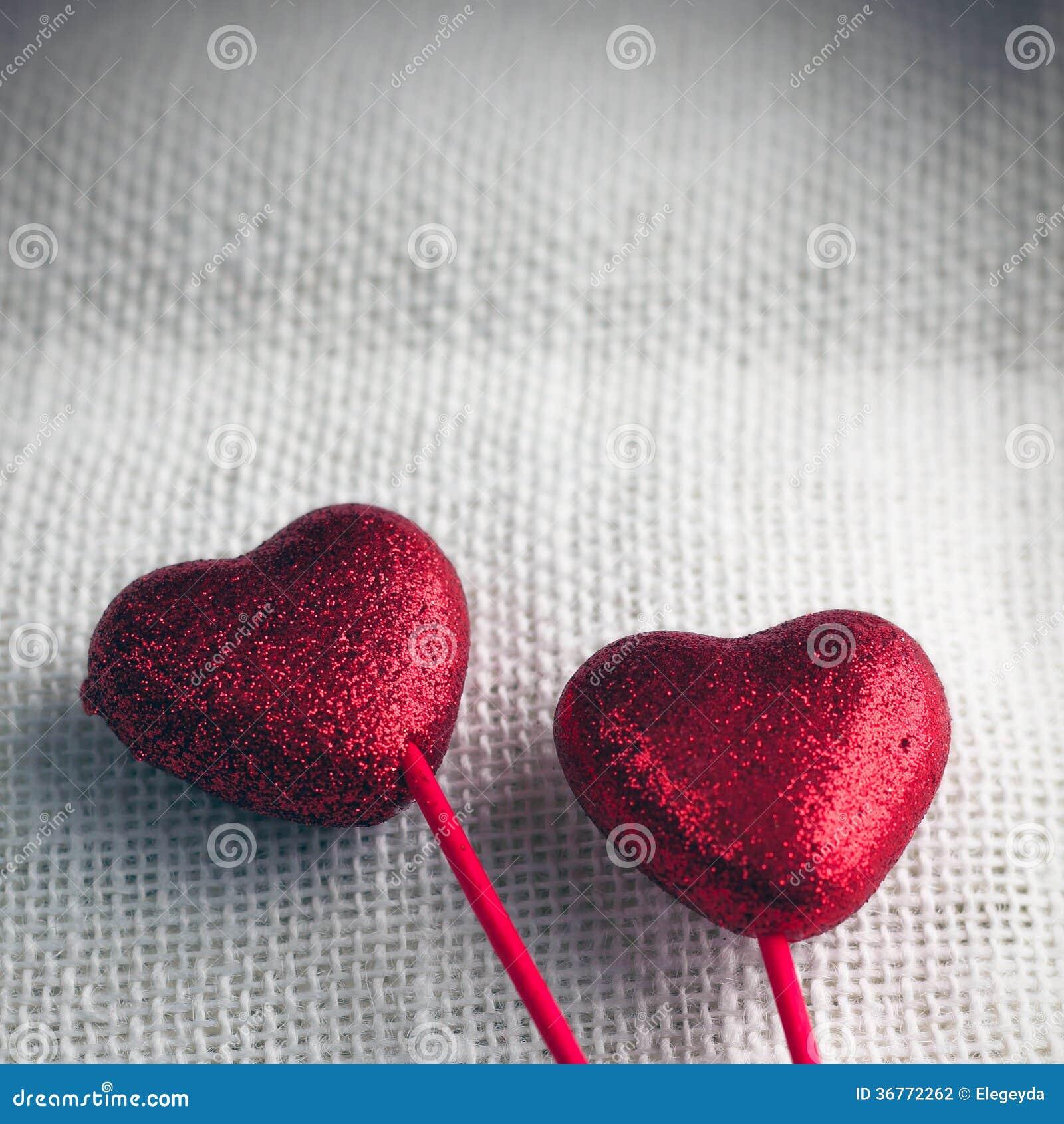 Fondo di giorno di biglietti di S. Valentino con i cuori