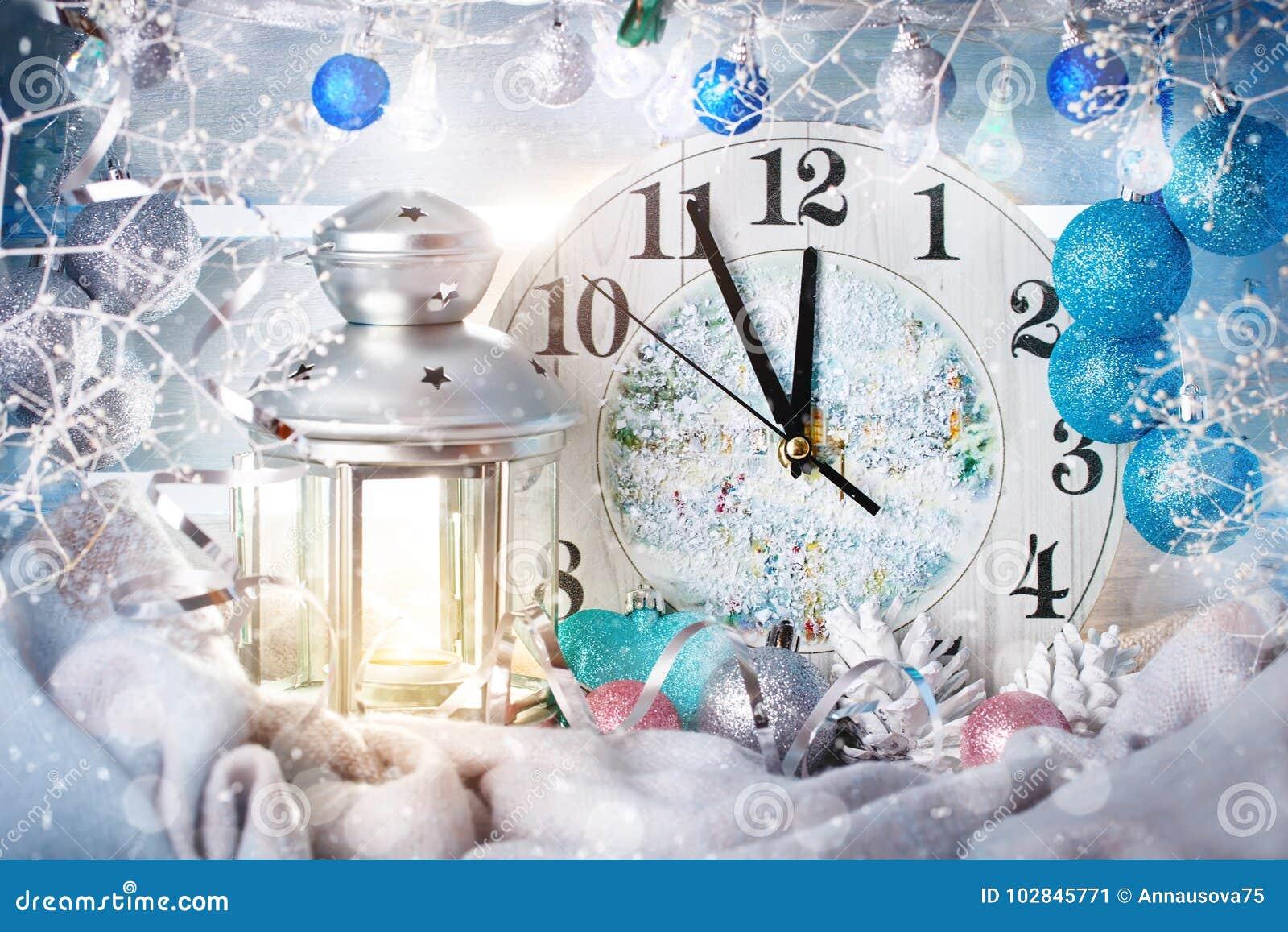 Fondo di inverno di Natale, ore delle decorazioni di Natale e candela Nuovo anno felice Buon Natale
