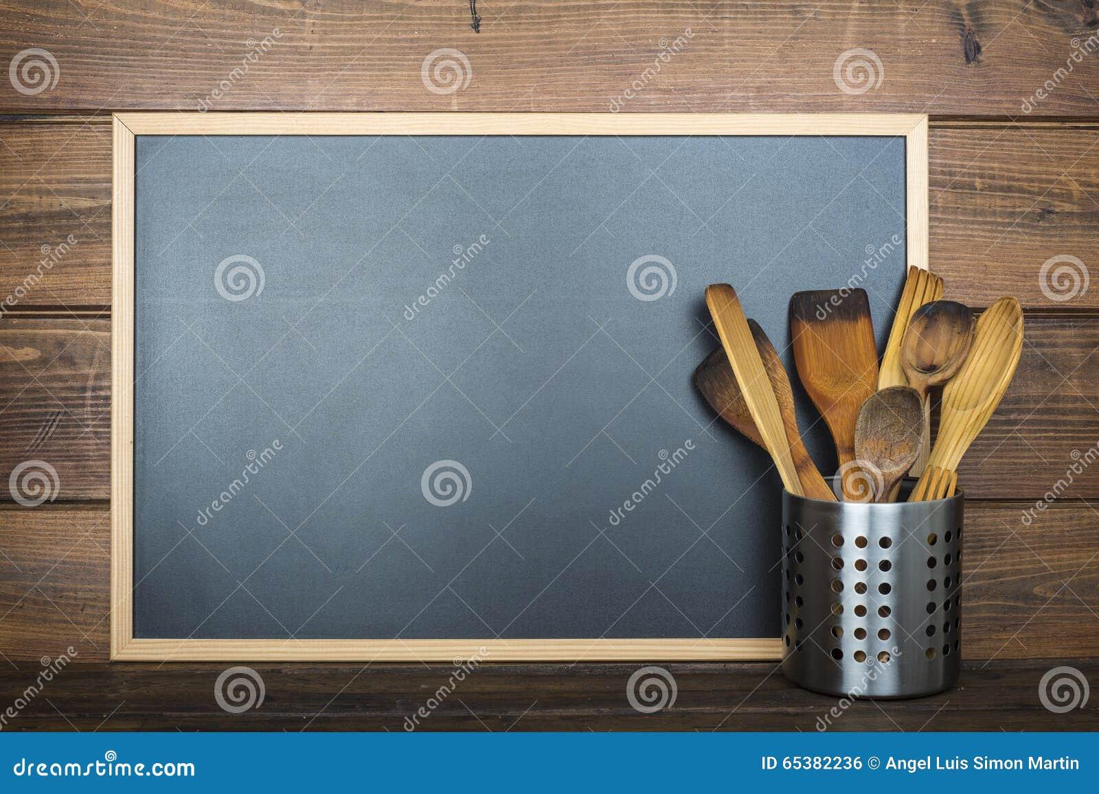 Fondo Di Legno Con Una Lavagna E Gli Utensili Da Cucina Fotografia ...