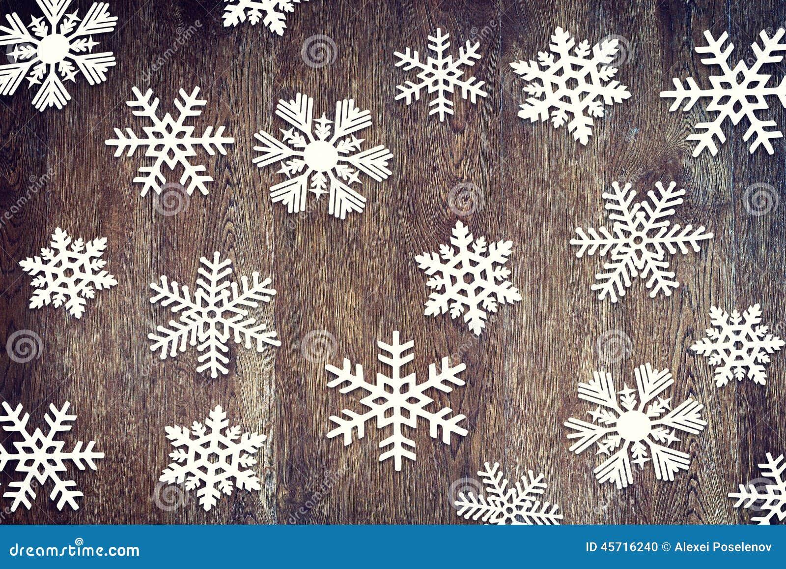 Fondo di Natale con i vari fiocchi di neve di carta su superficie di ...