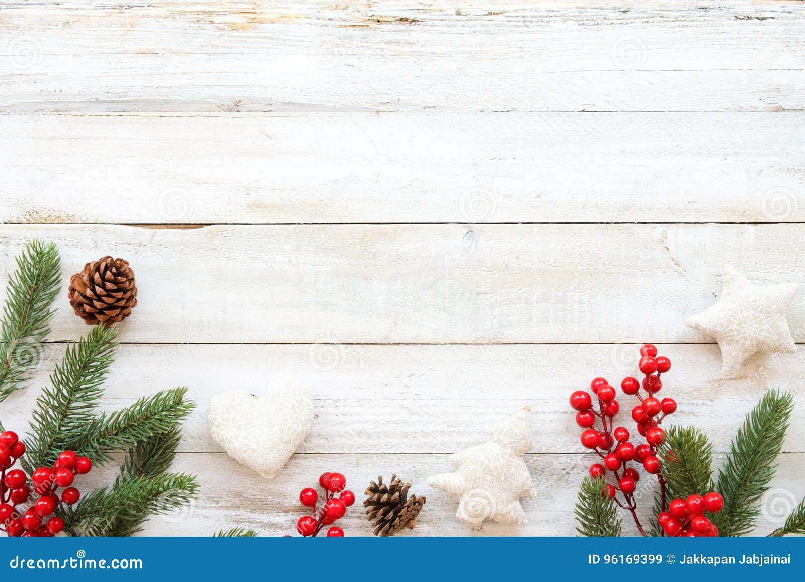 Fondo di tema di Natale con la decorazione gli elementi e dell ornamento rustici sulla tavola di legno bianca