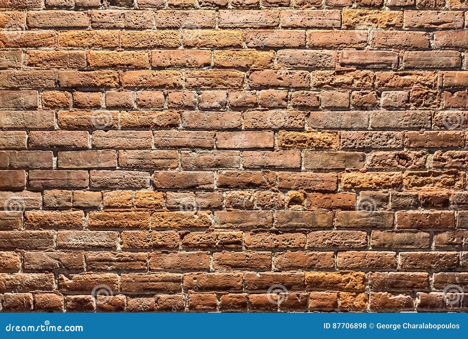 Fondo di vecchio muro di mattoni alla notte
