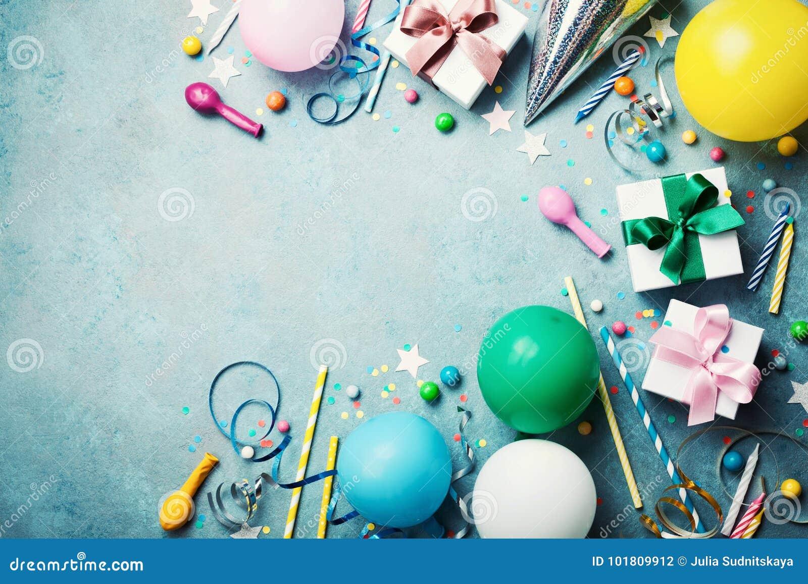 Fondo divertente della festa di compleanno Pallone variopinto, contenitore di regalo, coriandoli, caramella e fiamma sulla vista