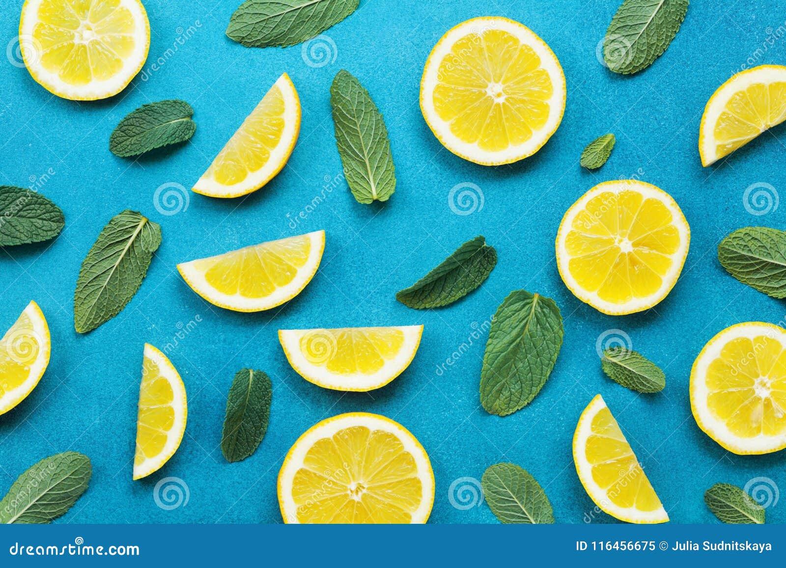Fondo en colores pastel dinámico con las rebanadas del limón y las hojas de menta Modelo colorido del verano estilo plano de la e
