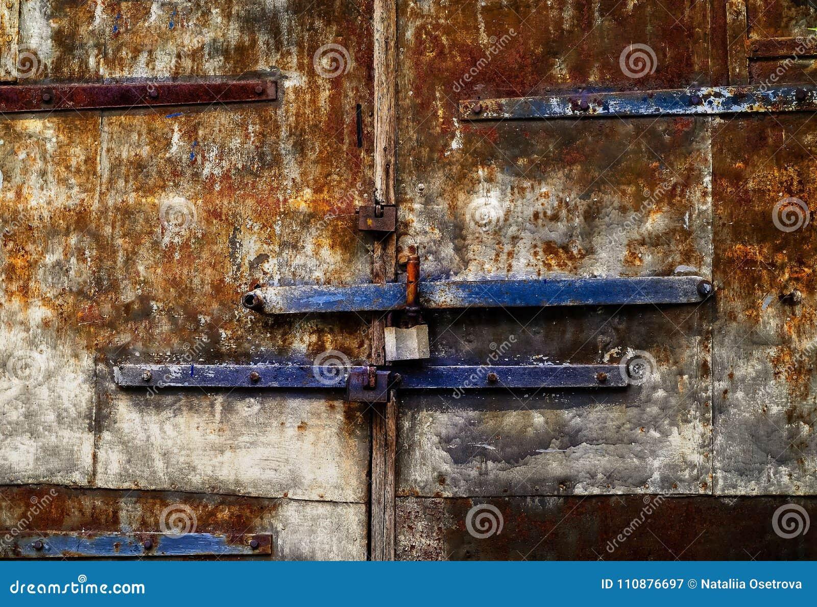 Fondo envejecido del hierro con la textura oxidada, espacio para el texto