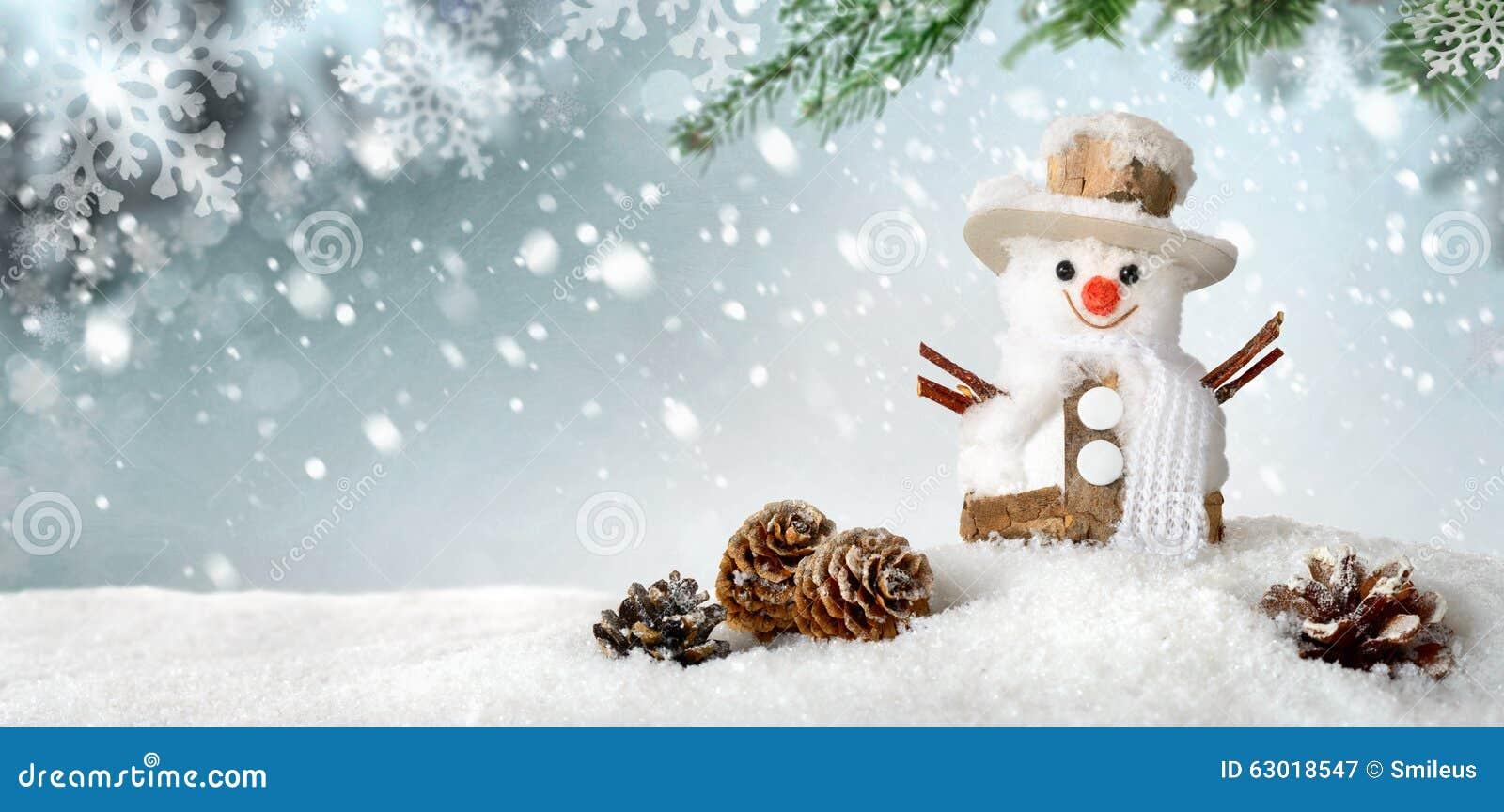 Fondo estacional con el muñeco de nieve feliz