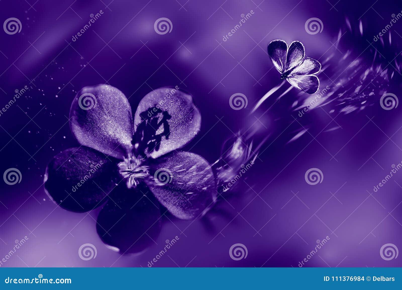 Fondo fasionable naturale ultravioletto Fiori e farfalla nel moto